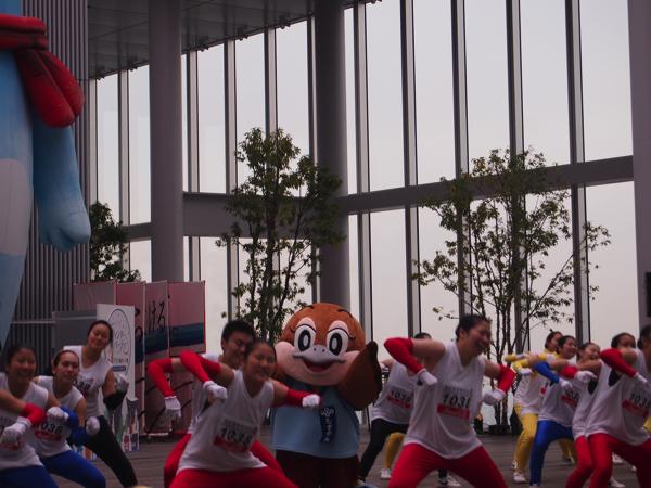 もずやんと今宮高校ダンス部が踊る画像