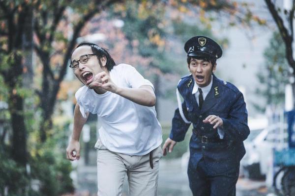 逃亡する男性と追いかける警官の画像
